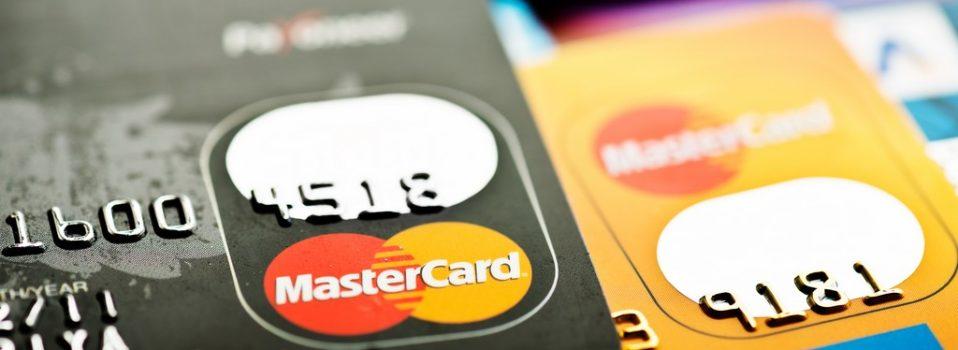 Czym jest karta kredytowa a czym debetowa i którą wybrać? A może obie?